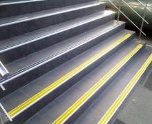 Алюминиевый угол-порог с 3-мя противоскользящими вставками (98мм*26мм).